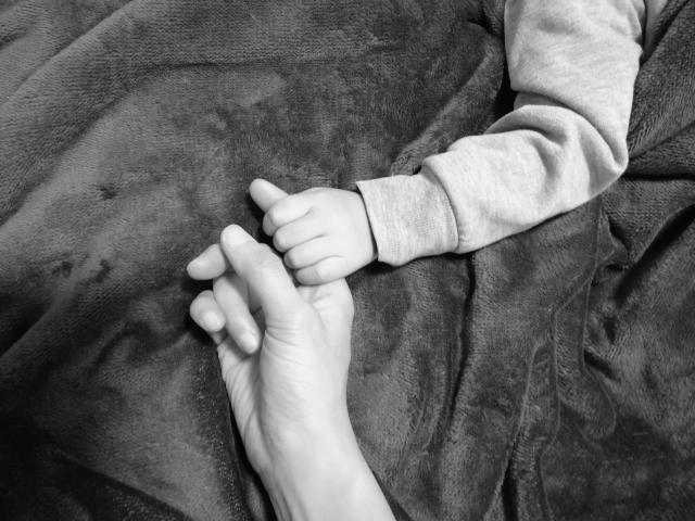 子供と手をつなぐ母